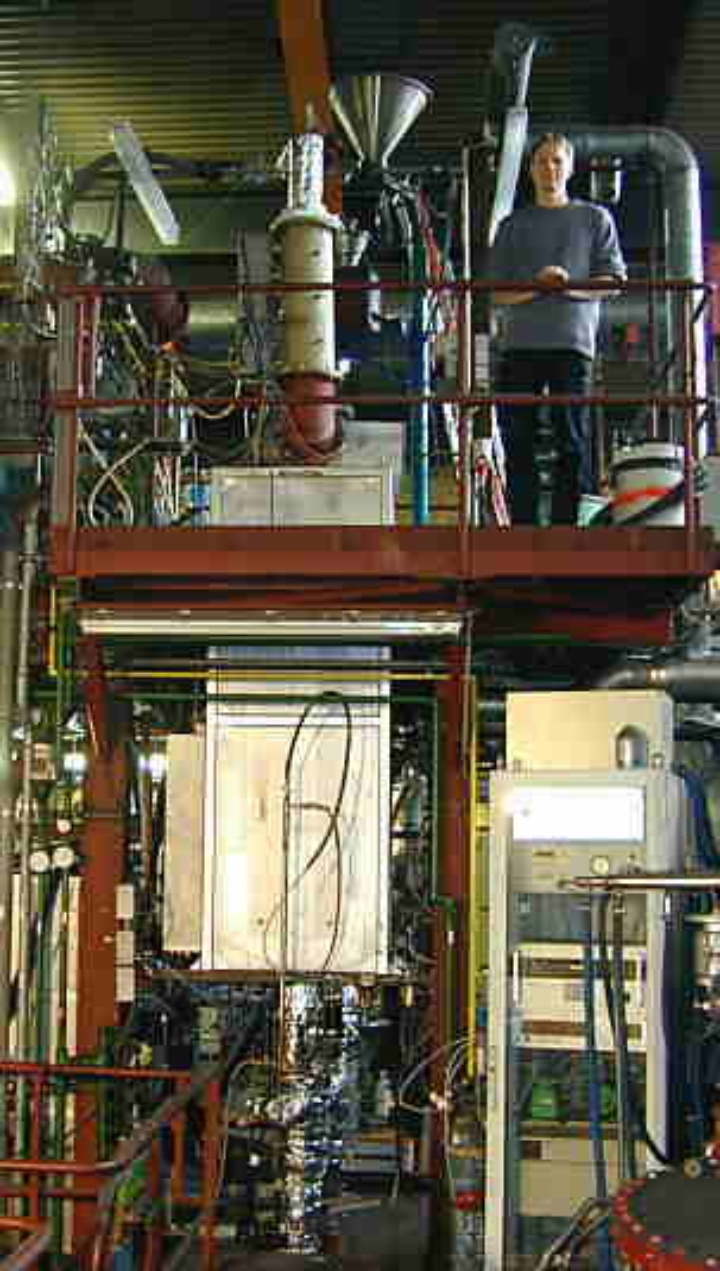 Atmospheric drop tube furnace for gasification and pyrolysis processes